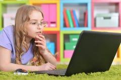 Adolescente que usa una computadora portátil Foto de archivo