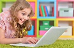 Adolescente que usa una computadora portátil Fotografía de archivo