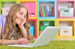 Adolescente que usa una computadora portátil Imagenes de archivo