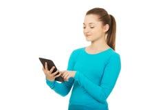 Adolescente que usa una tableta Imagen de archivo libre de regalías