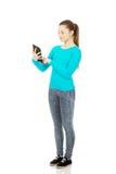 Adolescente que usa una tableta Imagen de archivo