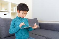 Adolescente que usa una tableta digital Fotografía de archivo libre de regalías