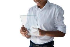 Adolescente que usa una tableta digital de cristal Fotografía de archivo libre de regalías