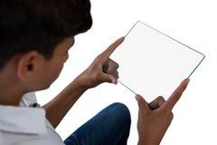 Adolescente que usa una tableta digital de cristal Fotografía de archivo