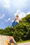 Adolescente que va aerotransportado con una vespa Imagen de archivo