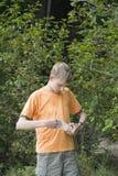 Adolescente que va de excursión y que sostiene una bolsa de papel Fotos de archivo