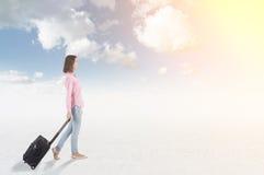 Adolescente que viaja en el cielo Foto de archivo libre de regalías