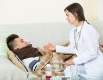 Adolescente que visita del doctor con frío en casa Imagen de archivo libre de regalías