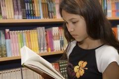Adolescente quiere comprar libros Imágenes de archivo libres de regalías