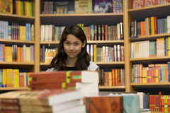 Adolescente quiere comprar libros Fotografía de archivo