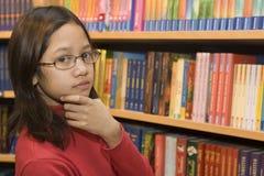 Adolescente quiere comprar libros Imagen de archivo libre de regalías