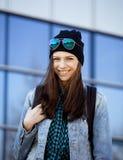 Adolescente real moreno lindo en sombrero, estudiante Imagenes de archivo