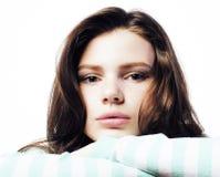 Adolescente real que parece preocupado aislado en el fondo blanco Imágenes de archivo libres de regalías