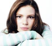 Adolescente real que parece preocupado aislado en el fondo blanco Imagenes de archivo