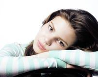 Adolescente real que parece preocupado aislado en el fondo blanco Foto de archivo