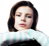 Adolescente real que parece preocupado aislado en el fondo blanco Imagen de archivo