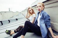 Adolescente real rubio dos que cuelga hacia fuera en los mejores amigos del verano junto, concepto de la gente de la forma de vid Imagen de archivo