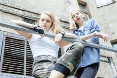 Adolescente real rubio dos que cuelga hacia fuera en los mejores amigos del verano junto, concepto de la gente de la forma de vid Fotos de archivo libres de regalías