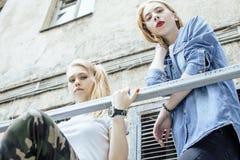Adolescente real rubio dos que cuelga hacia fuera en los mejores amigos del verano junto, concepto de la gente de la forma de vid Imágenes de archivo libres de regalías