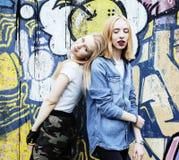 Adolescente real rubio dos que cuelga hacia fuera en los mejores amigos del verano junto, concepto de la gente de la forma de vid Foto de archivo libre de regalías