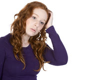 Adolescente Red-Headed que rasguña su cabeza Imagenes de archivo