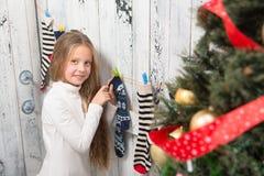 Adolescente regardant dans des chaussettes de nouvelle année et de Noël Photos stock