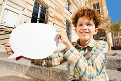 Adolescente rizado con la burbuja escondida blanca del discurso Fotografía de archivo libre de regalías