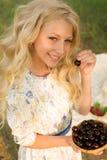 Adolescente rizado largo encantador hermoso del pelo rubio que lleva a Imágenes de archivo libres de regalías
