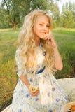 Adolescente rizado largo encantador hermoso del pelo rubio que lleva a Imagen de archivo