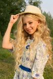 Adolescente rizado largo encantador hermoso del pelo rubio que lleva a Fotografía de archivo