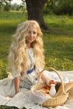 Adolescente rizado largo encantador hermoso del pelo rubio que lleva a Foto de archivo