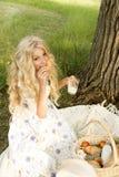 Adolescente rizado largo encantador hermoso del pelo rubio que lleva a Imagenes de archivo
