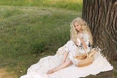 Adolescente rizado largo encantador hermoso del pelo rubio que lleva a Fotos de archivo libres de regalías