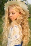 Adolescente rizado largo encantador hermoso del pelo rubio que lleva a Fotos de archivo