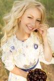 Adolescente rizado largo encantador hermoso del pelo rubio que lleva a Foto de archivo libre de regalías