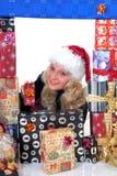 Adolescente rodeado en regalos de Navidad Foto de archivo libre de regalías