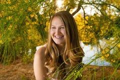 Adolescente rodeado por Palo Verde Flowers amarillo Imagen de archivo libre de regalías