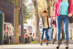 Adolescente rollerblading en la ciudad del otoño Imagen de archivo libre de regalías