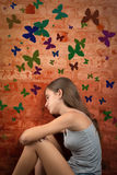 Adolescente romántico que se sienta en el piso Imagenes de archivo