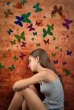 Adolescente romantique s'asseyant sur le plancher Images stock