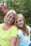 Adolescente rubio amistoso con su madre Imagenes de archivo