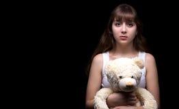 Adolescente rubio asustado con el oso de peluche Fotografía de archivo libre de regalías