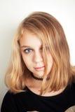 Adolescente rubio caucásico hermoso en negro Fotos de archivo libres de regalías
