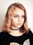 Adolescente rubio caucásico hermoso en negro Imágenes de archivo libres de regalías