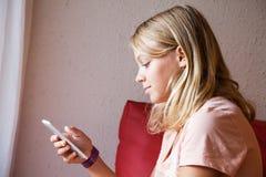 Adolescente rubio caucásico lindo en camiseta rosada Imágenes de archivo libres de regalías