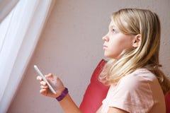 Adolescente rubio caucásico lindo en camiseta rosada Imagen de archivo libre de regalías