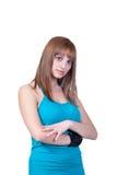 Adolescente rubio con el collar negro grande de la perla Fotografía de archivo