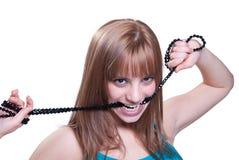 Adolescente rubio con el collar negro grande de la perla Imagen de archivo libre de regalías