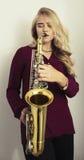 Adolescente rubio con el saxofón Imagen de archivo