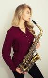 Adolescente rubio con el saxofón Fotos de archivo